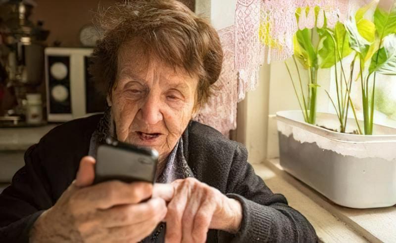 великі мобільні телефони для літніх людей