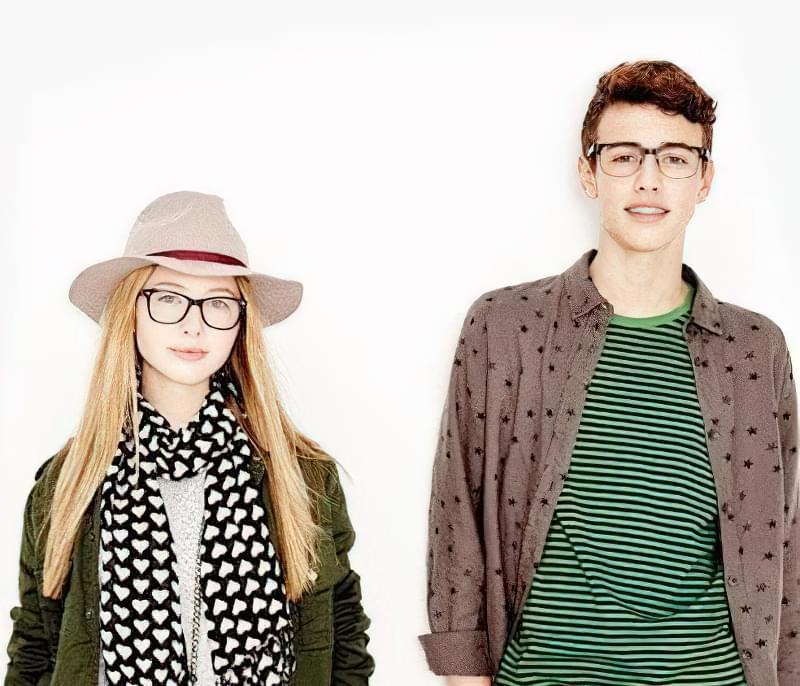 підліток в окулярах