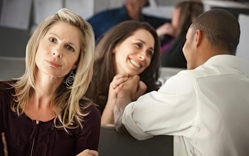 У такій ситуації важливо зберегти шлюб і спілкуватися з подругою, дистанцироваши її від сім'ї