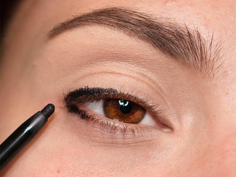 Малюємо куточок очі чорним олівцем