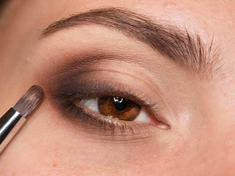 Потім змішуємо темно-коричневий колір з більш світлим відтінком тіней