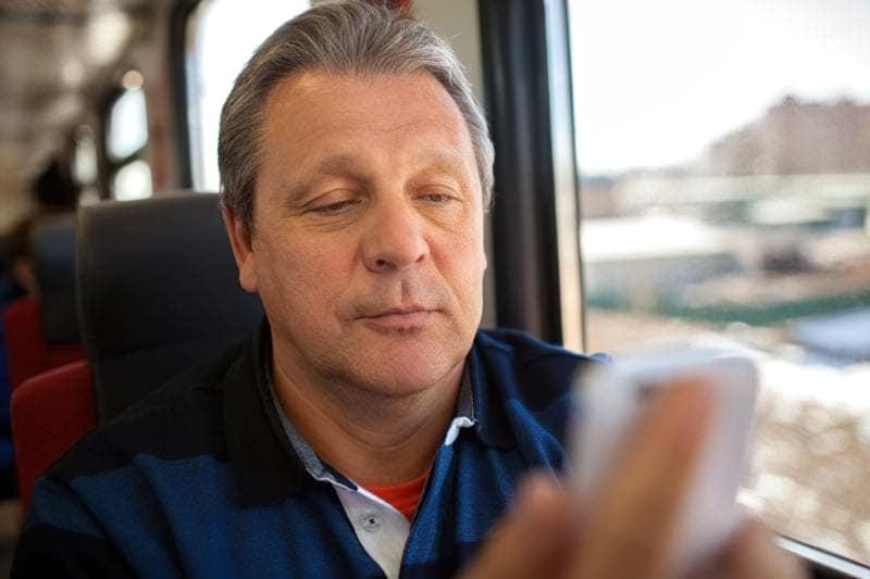 Чоловік дивиться на телефон