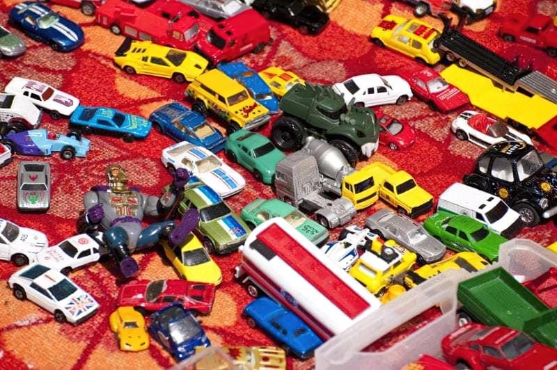 Багато іграшкових машинок