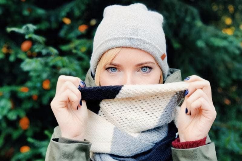 Дівчина в шарфі і шапці