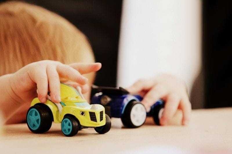 Хлопчик з іграшками