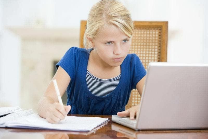Дівчинка робить домашнє завдання