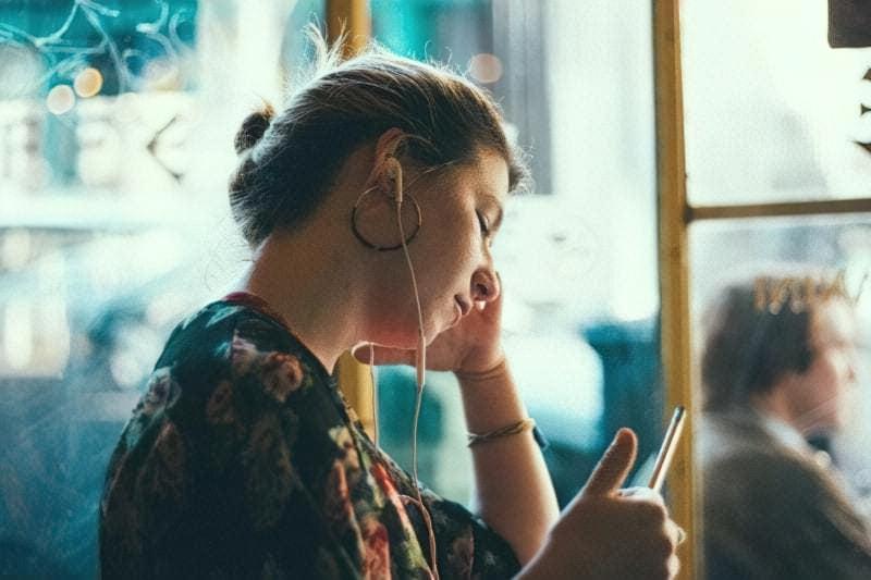 Дівчина в навушниках