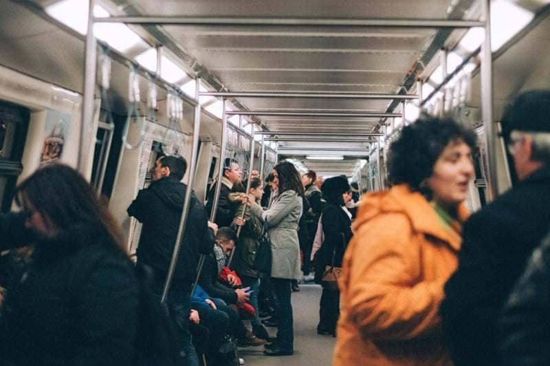 У метро