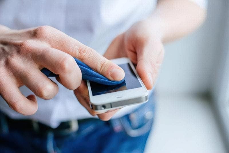 Prostyj sposib pochystyty vash smartfon vid brudu i mikrobiv