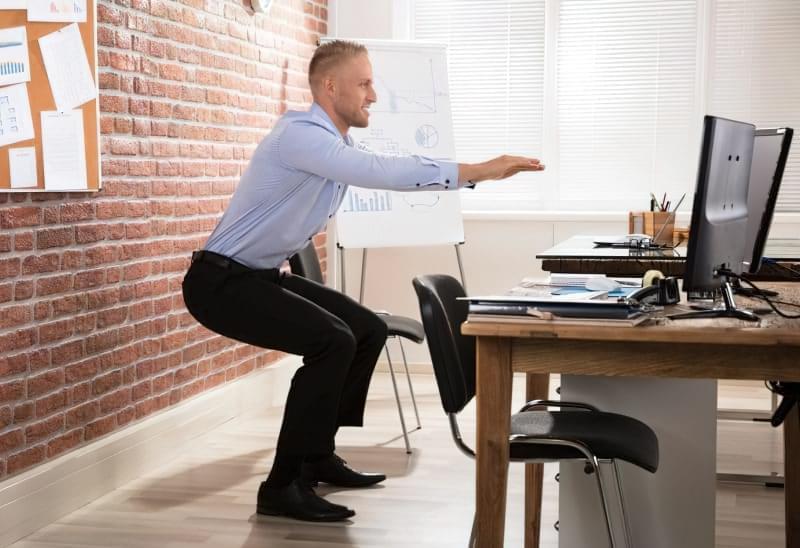 Присідання в офісі