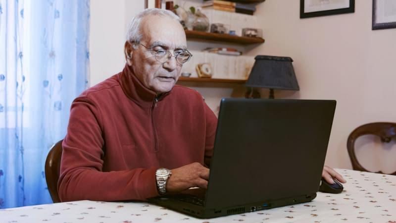 Пенсіонер біля комп'ютера