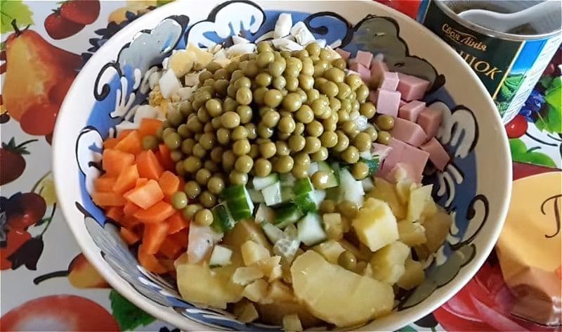 Викладаємо всі підготовлені інгредієнти в глибоке блюдо