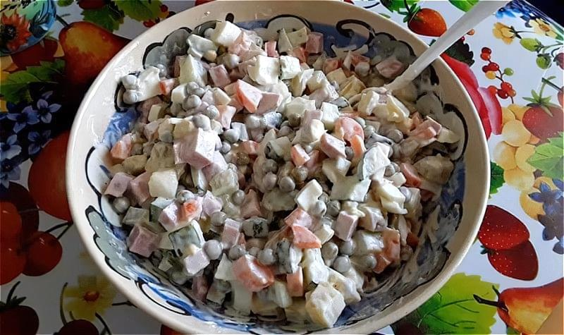 Салат олів'є зі свіжим огірком