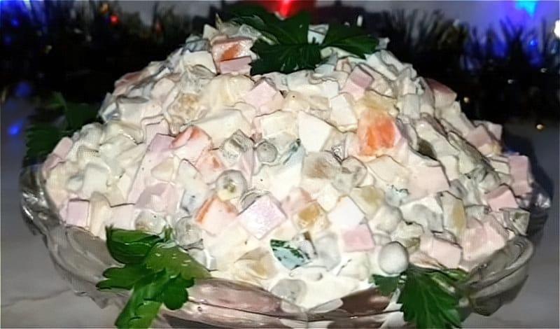 Салат олів'є з солоними огірками