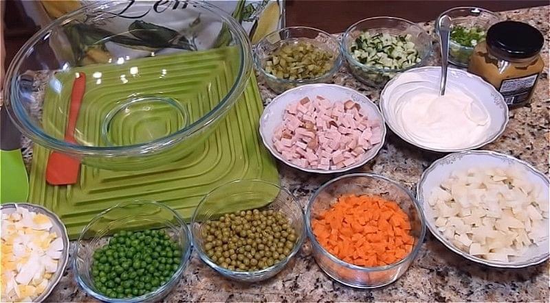 Всі продукти для салату олів'є нарізаємо кубиками