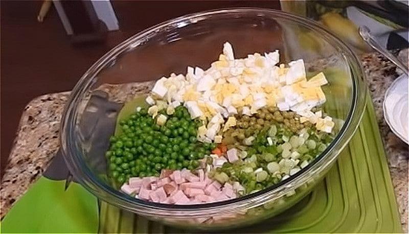 всі підготовлені овочі, ковбасу і яйця викладіть в тазик