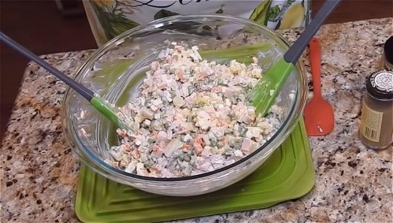 Олів'є з зеленим горошком і огірками