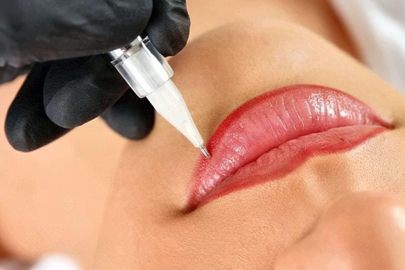 Сучасна косметологія допомагає повернути колір і чіткість контуру губкам