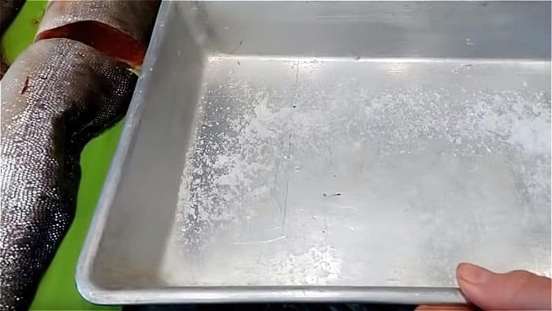 Поріжте горбушу на чотири частини