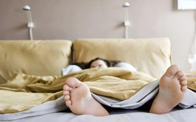Чи дійсно не можна спати ногами до дверей? 1