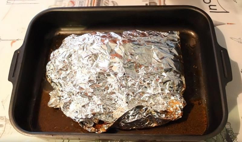 маринуємо м'ясо в фользі, а потім запікаємо в духовці