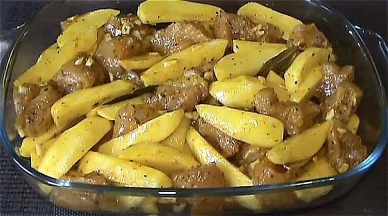 змішуємо картоплю з м'ясом індички і кладемо в форму для запікання