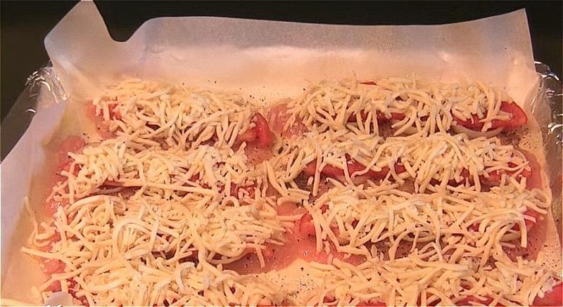 викладаємо на філе цибулю, помідори і сир