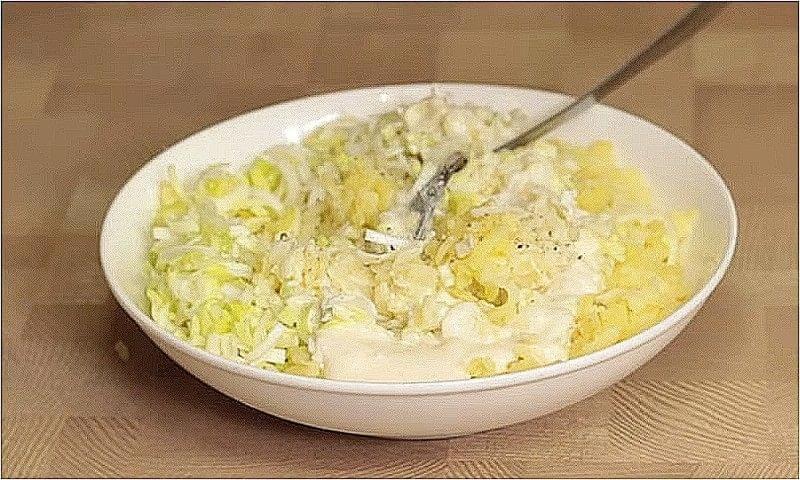 нарізаємо цибулю, тремо картоплю і змішуємо з майонезом