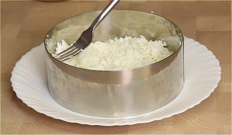 викладіть картопляну суміш першим шаром, потім білки