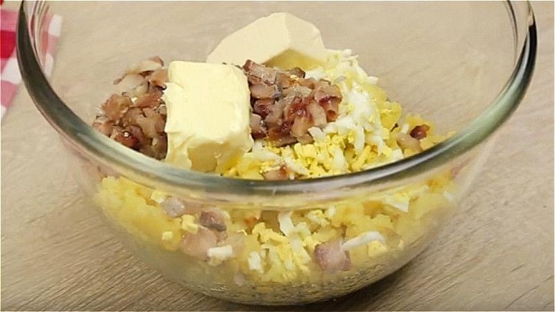 Змішуємо картоплю, яйця, оселедець, масло і сир
