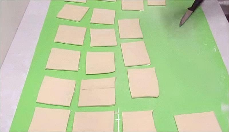 нарізаємо тісто на квадратики