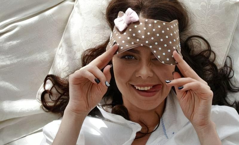 Маска для сну і чиста постільна білизна — те, що доктор прописав!
