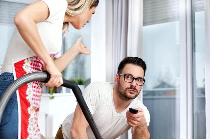 Ви робите прибирання разом або чоловік ухиляється від домашніх справ?