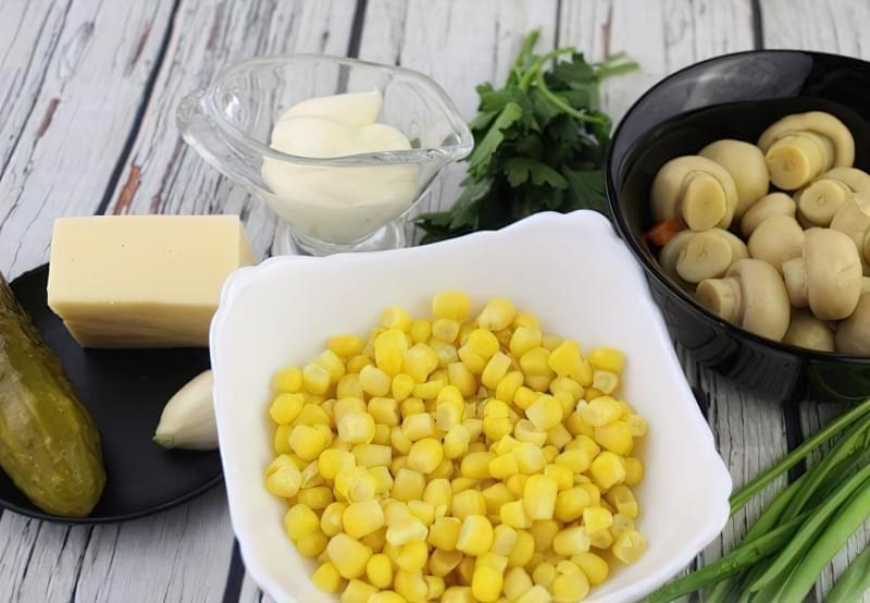 Фото приготування рецепта салат з маринованих печериць кукурудзи огірків і сиру