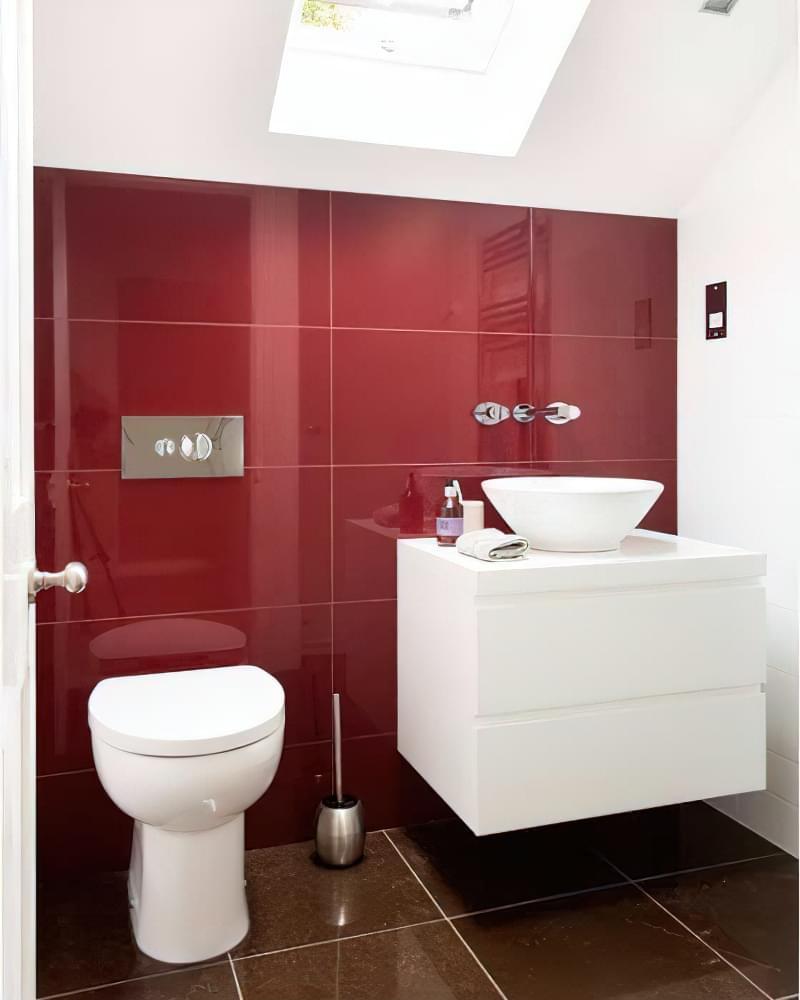 Дизайн в червоно-білому стилі на мансарді