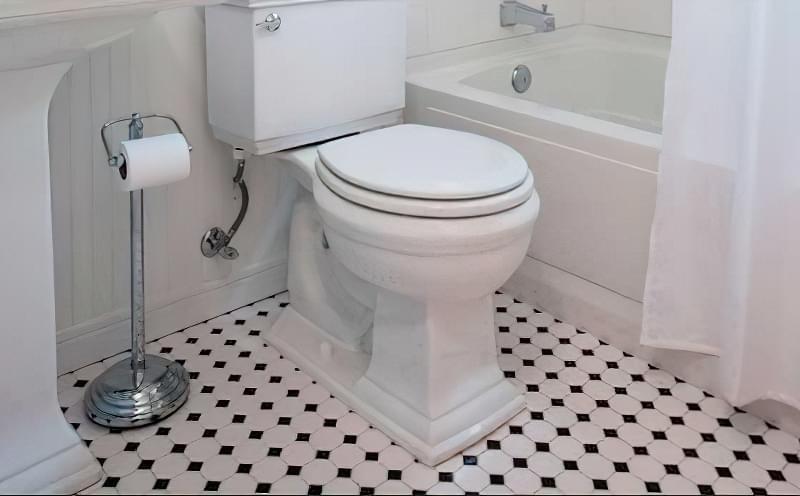 Контрастна плитка для підлоги у ванній